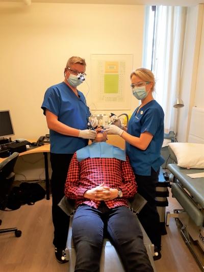 Hammaslääkäri Tommi Raikula suorittamassa Kotihampaan liikkuvaa hammashoitoa